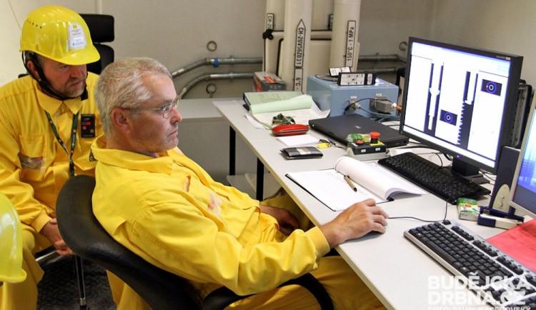Kontrola ovládání zavážecího stroje se nachází mimo reaktorový sál