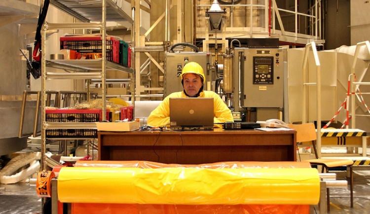 V reaktorovém sále pracuje několik desítek lidí, voda v bazénu radioaktivní záření odstíní