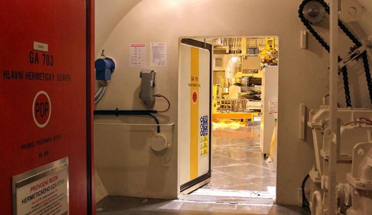 Vstup do reaktorového sálu není během odstávky hermeticky uzavřen