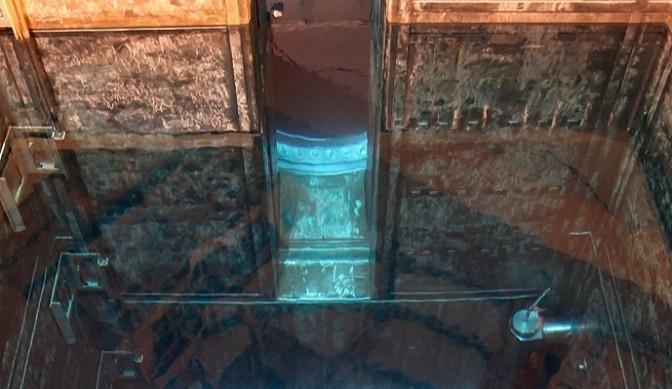 Z bazénu skladování je palivo pod vodou zaváženo přímo do reaktoru