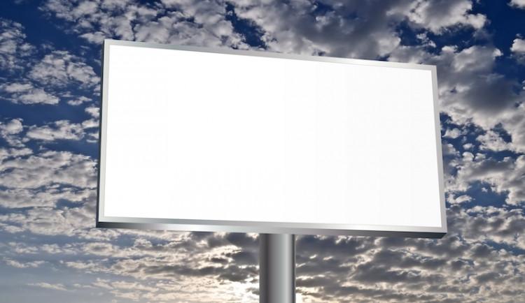 Praha 8 odstraňuje reklamy, zbourala už dva bigboardy na Palmovce