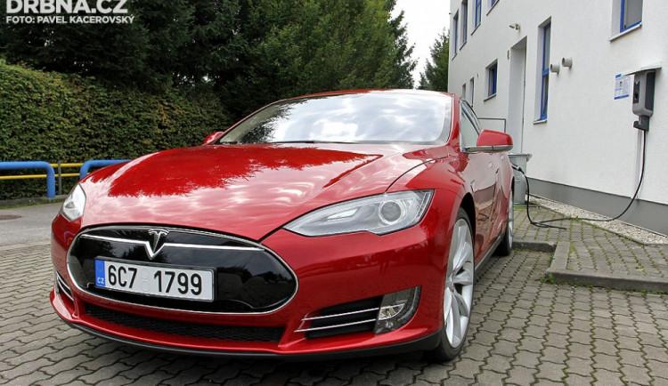 Tesla S Performance při 'tankování'