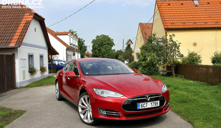 """Goodbye Oil, Welcome Electric!"" Tesla S brázdí naše silnice"