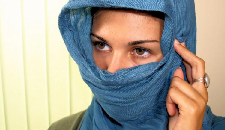 Šabatová žádá změnu školního řádu kvůli muslimským šátkům