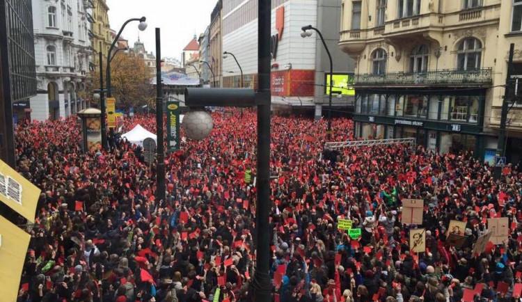 Oslavám 17. listopadu v Praze dominovaly protesty proti Zemanovi