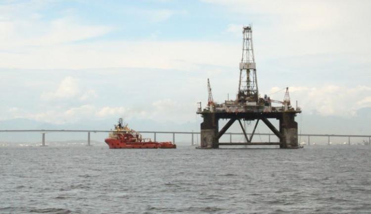 Glosa dne: Ropná cenová houpačka možná drhne o dno, ale nechce se zastavit
