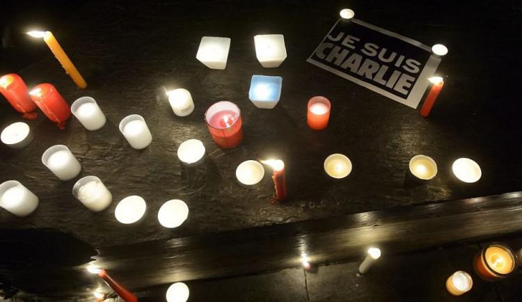 Solidaritu s oběťmi střelby ve Francii vyjádřily v ČR stovky lidí