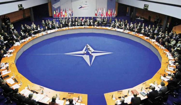 Tisíce lidí vyzývají lídry států NATO k reakci na politiku Ruska