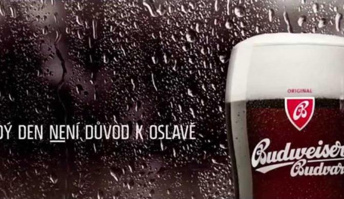 Krvácející auto, klaun i nahý muž tvoří úspěšnou kampaň na pivo B:DARK