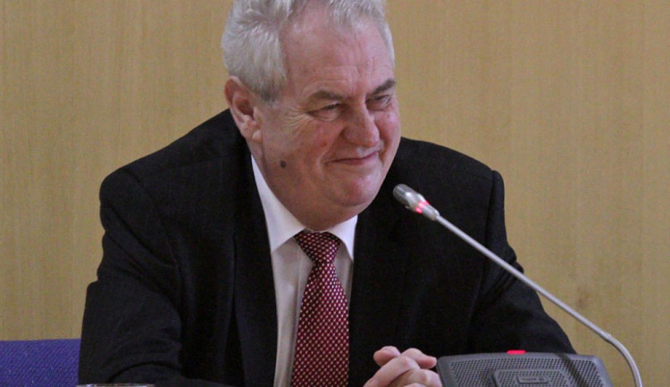 Glosa: Prezident Zeman již není ekonom a jen se podbízí?