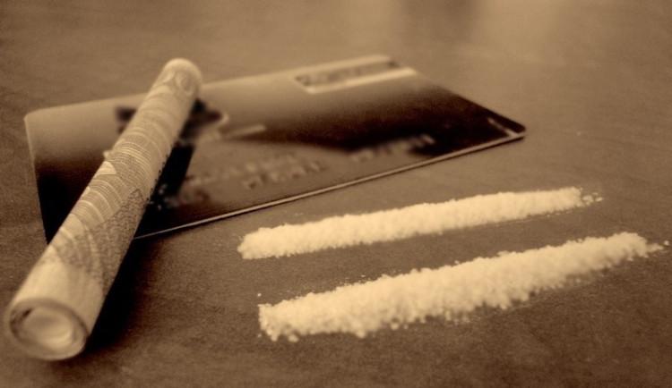 """Drogy a ekonomika: Jak ovlivní HDP dealer, který na ulici """"ředí"""" kokain?"""
