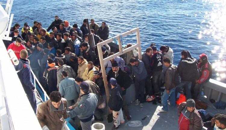 Babiš vyzývá NATO, aby začalo potápět lodě pašeráků migrantů