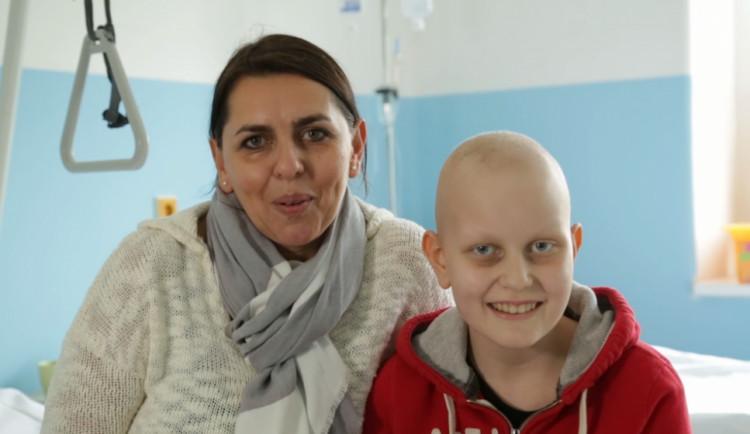 I přes náročnou léčbu nádoru mozku pomáhá jedenáctiletá Viktorka hledat nové Dobré anděly