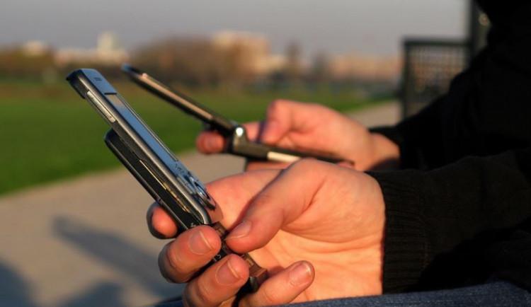 Sněmovna bude poslancům možná proplácet až sedm telefonních linek