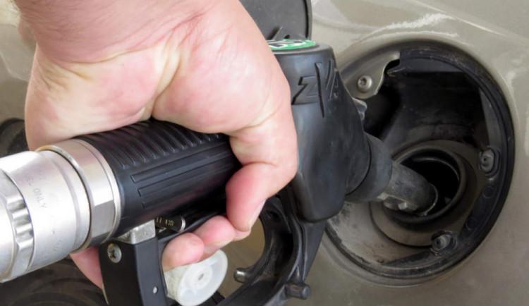 Německý ministr financí snad žertuje: Bude kvůli uprchlíkům speciální daň na benzin?