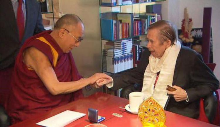 Aktivisté při návštěvě prezidenta Číny vyvěsí billboard dalajlamy