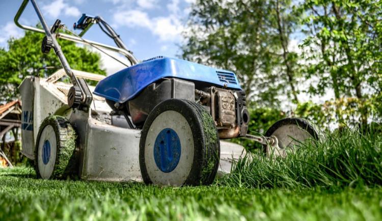 Glosa: EU nařídila emisní normy pro vaši sekačku trávy