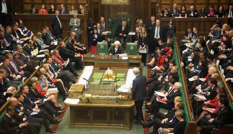 Britský parlament podpořil zahájení jednání o brexitu