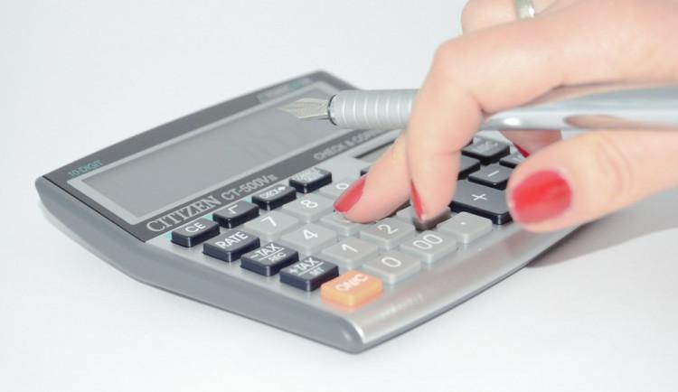GLOSA: Jednoduché daně? Sliby, chyby. Složitý daňový systém politikům vyhovuje!