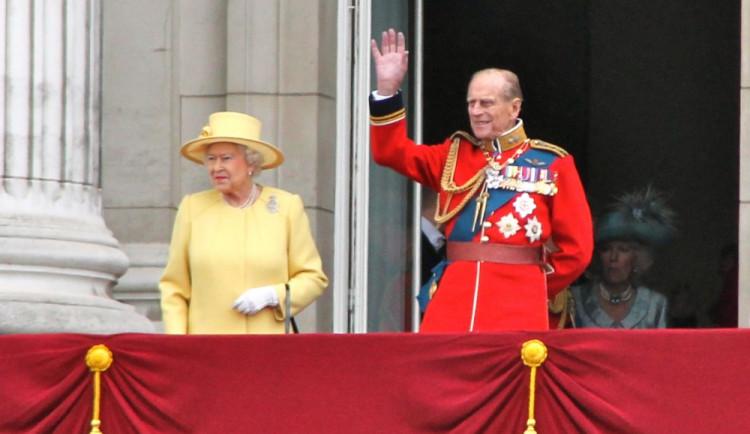 "Princ Philip odejde na podzim do ""penze"", královna abdikovat nehodlá"