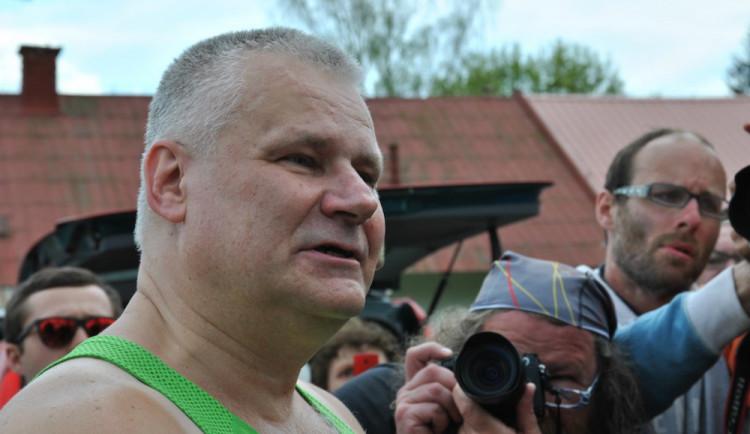 Omilostněný Jiří Kajínek je na svobodě. Opustil brány rýnovické věznice