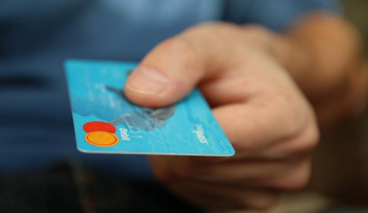 PRŮZKUM: Bezhotovostní platby patří k nejdůležitějším nástrojům na omezení šedé ekonomiky