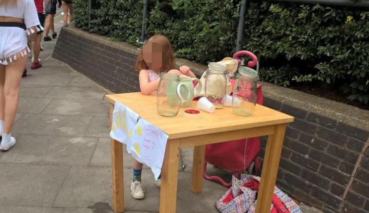 Skandál v Londýně: Pokuta 150 liber pro pětiletou holčičku prodávající limonádu