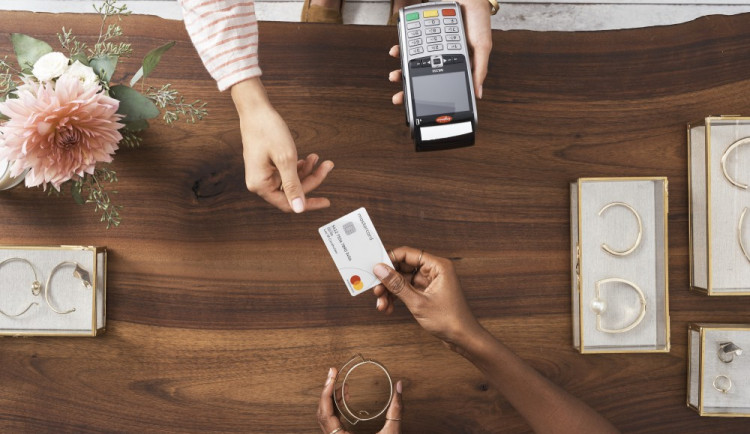 PRŮZKUM: Lidé stále raději platí kartou. Míst, kde by chtěli vidět platební terminál, přibývá