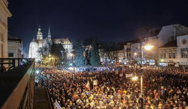 VIDEO: Největší protivládní demonstrace od revoluce. V ulicích byly na Slovensku desetitisíce lidí