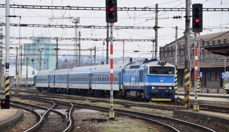 Studenti a senioři ušetří za vlaky a autobusy, rozhodla vláda