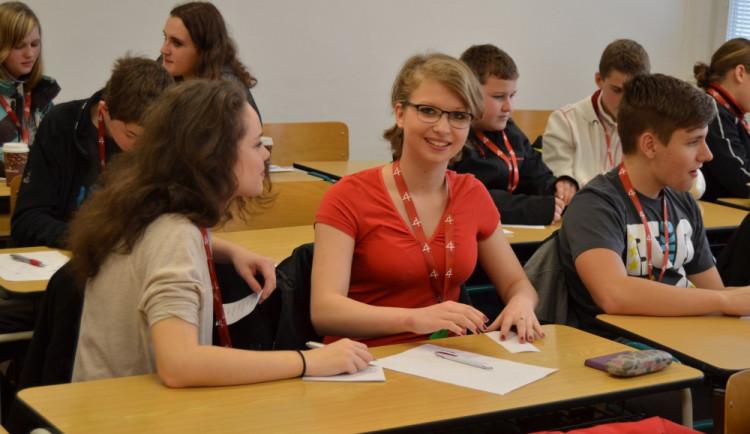 Maturitu z češtiny i matematiky zvládlo letos méně studentů