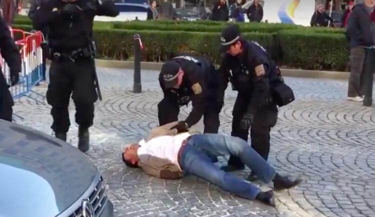 VIDEO: Rok staré video ze zásahu pražských strážníků rozdělilo veřejnost na dva tábory