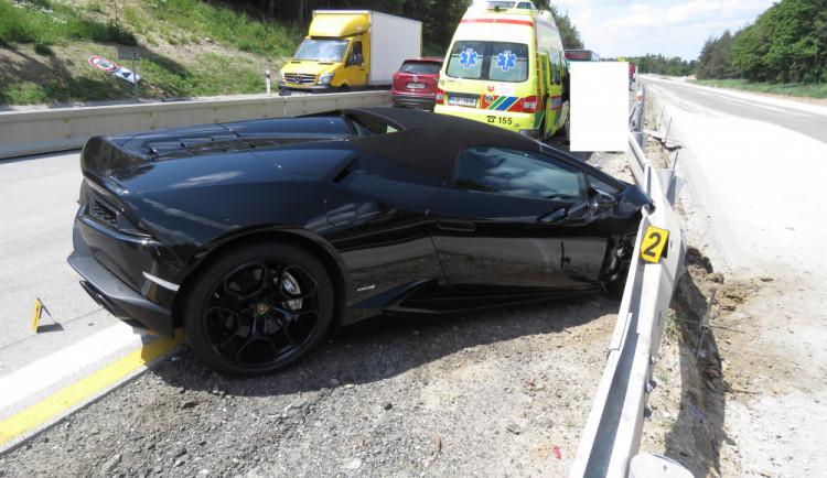 FOTO: Cizinec v Lamborghini nezvládl na dálnici předjíždění a narazil do svodidel