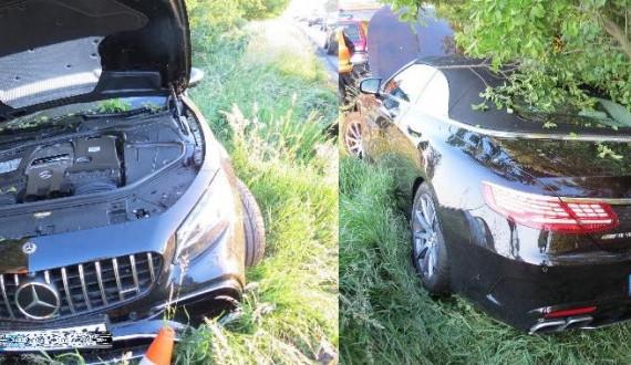 Opilý cizinec usnul za volantem. Půjčený Mercedes skončil v příkopu