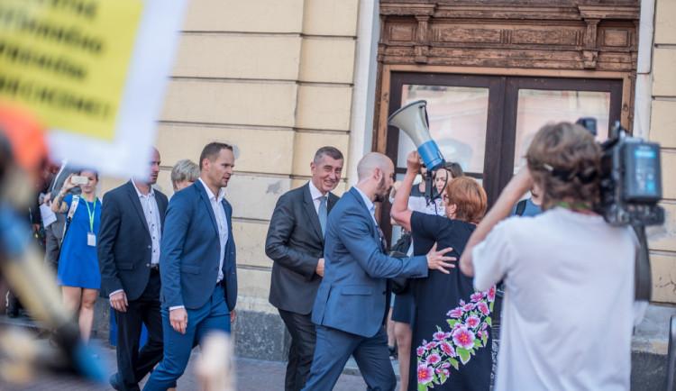 VIDEO: Premiér s ministry v demisi strávil den na jihu Čech. V Budějcích ho čekali demonstranti