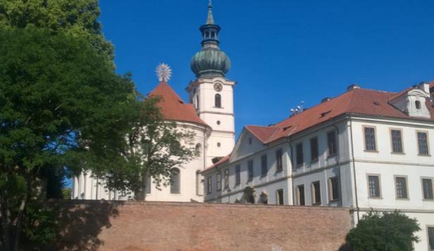 Tam, kde 40 let sídlila sledovačka StB, je opravený klášter. A znovu se o něj zajímají komunisti