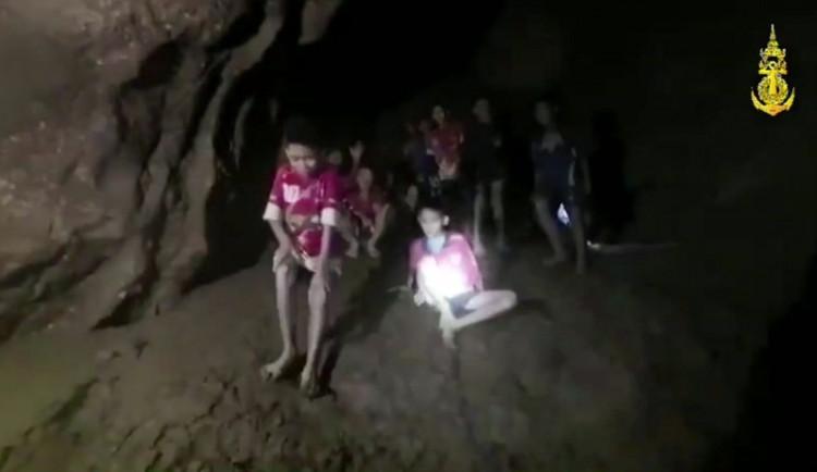 Chlapci v thajské jeskyni dostávají potápěčské lekce, Babiš nabídl pomoc
