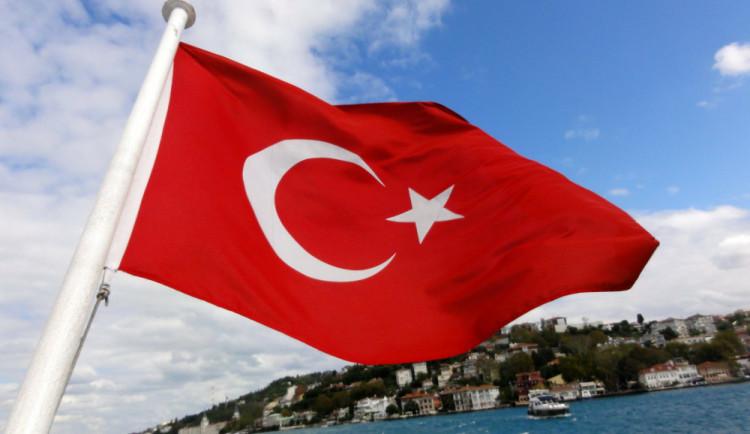 V Turecku propustili 18 tisíc státních zaměstnanců. Převážně jde o policisty a vojáky