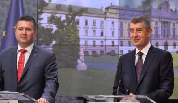 Hamáček dál nevidí důvod vyměnit nominaci Pocheho