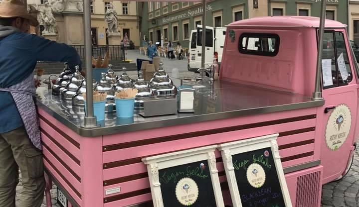 Veganská zmrzlina, která má desítky příchutí. V Brně na ni stojí fronty