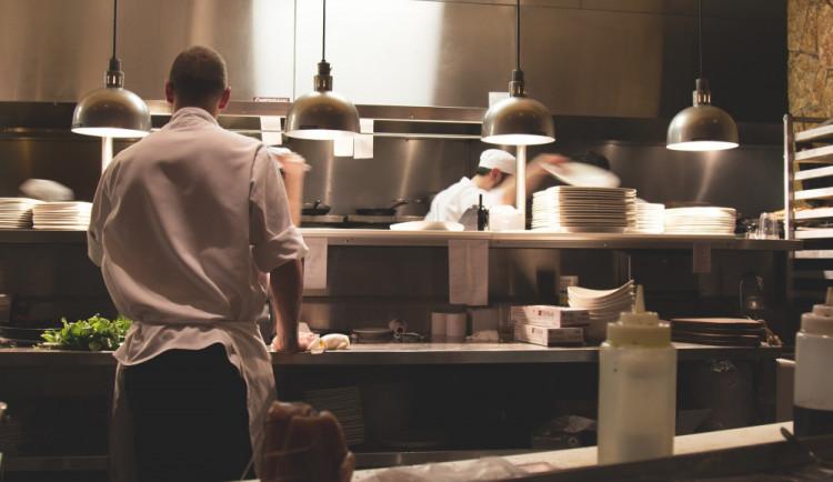 Restaurace čelí nedostatku kuchařů a číšníků, pomohli by cizinci