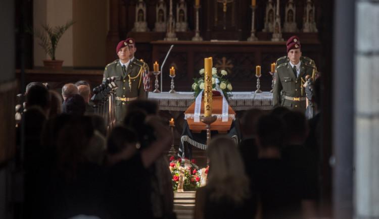 VIDEO: V Hluboké nad Vltavou se lidé loučili s padlým vojákem Kamilem Benešem