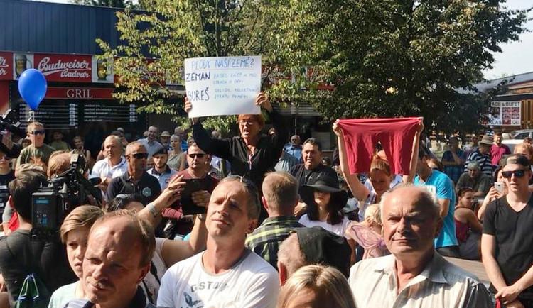 Hanba, křičely ženy na prezidenta při zahájení Země živitelky. Pouštěly Modlitbu pro Martu, držely transparent a velké červené trenýrky