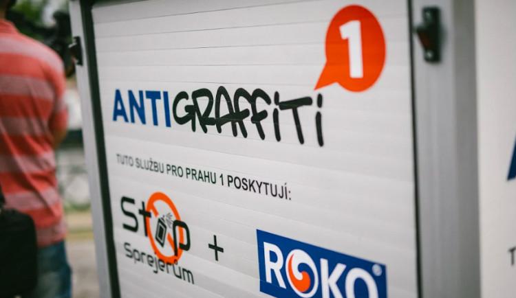 Vyhledávání graffiti v centru Prahy usnadňuje malý elektromobil. Nelegální díla jsou přetírána speciální barvou