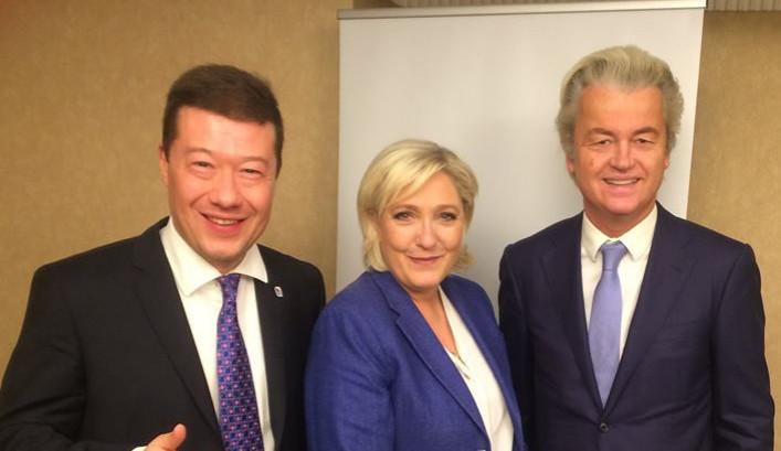 Okamura v první lize evropských populistů? Nevěřte všemu, co šéf SPD pověsí na Facebook