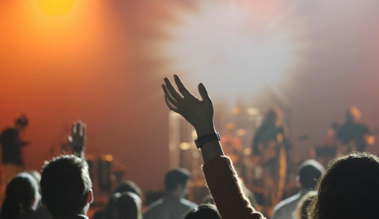 Bezhotovostní placení na festivalech budí emoce. Pořadatelé si ho většinou chválí