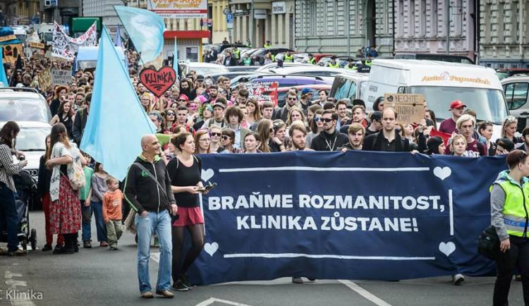 Aktivisté z Kliniky chystají ústavní stížnost i schůzku se SŽDC