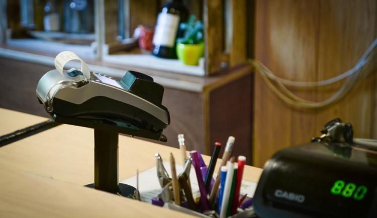 Platba kartou se stává samozřejmostí na úřadech i na poště. Češi patří mezi evropskou elitu v bezkontaktním placení