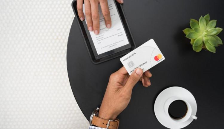 Firmy zavádějí placení kartou hlavně na přání zákazníků