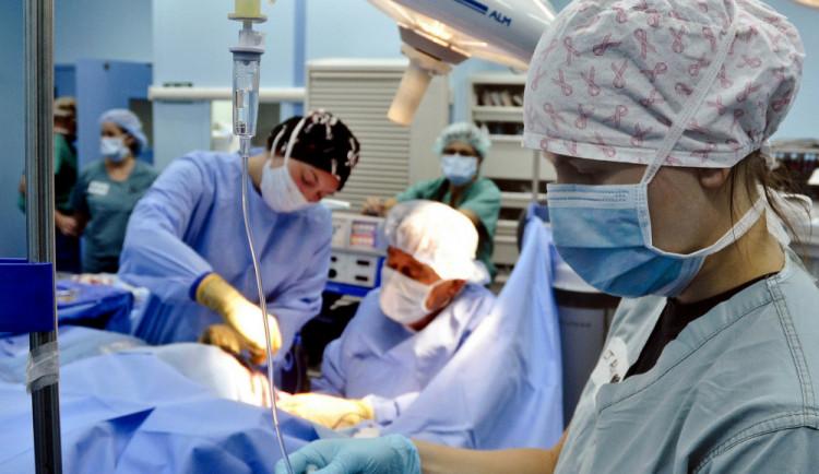 Odchodům lékařů má zabránit závazek zůstat až čtyři roky v Česku